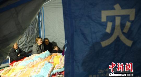 帐篷里的村民。 刘忠俊 摄
