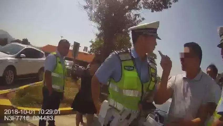 兄弟俩威胁辱骂警察被拘留 扬言谁敢处理就搞死谁