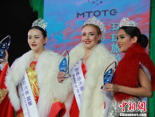 冠军Svetlana(中)、亚军林彤(左)、季军Siramar(右)。 韩成功 摄