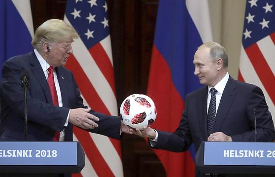 普京赠送世界杯官方用球 特朗普笑着抛给妻子保管