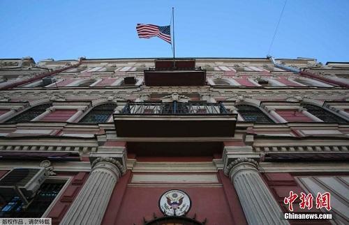 今年上半年,俄前特工中毒案引发俄罗斯和西方的外交战,也让俄美关系再度降温。图为3月29日,美国驻圣彼得堡总领馆。