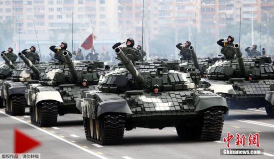 当地时间7月3日,白俄罗斯独立日阅兵式在白俄罗斯首都明斯克举行,白俄罗斯装甲部队接受检阅。