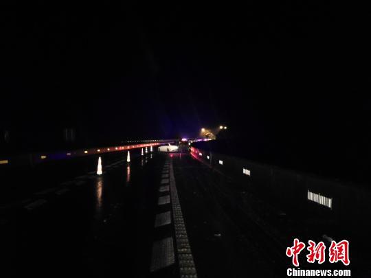 京台高速雪天车辆打滑碰撞护栏 司机从高架桥跌落