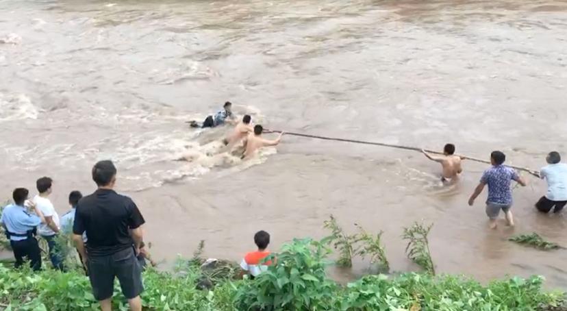 视频 宜宾农妇被大水冲走几百米抓石头求生,众人拉竹杆冒险营救