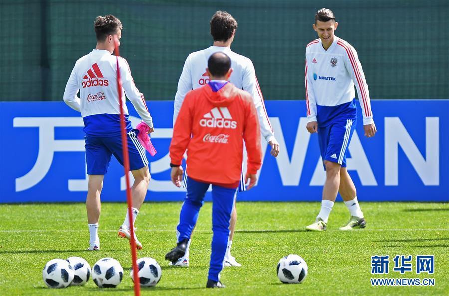 当日,俄罗斯国家足球队在莫斯科郊外的诺沃戈尔斯克训练中心进行赛