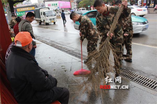 宁远消防组织官兵义务清洁街道争做雷锋精神传承人