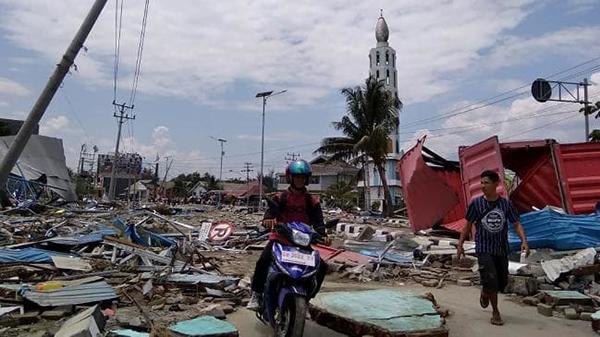 印尼海啸亲历者:餐馆被海浪冲走 跨海大桥被冲垮