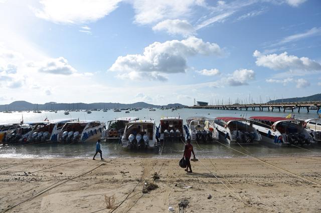 两艘共载有127名中国游客的游船在返航普吉岛途中,突遇特大暴风雨