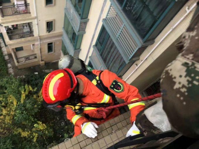 自贡一男子开煤气轻生消防员索降入屋救人