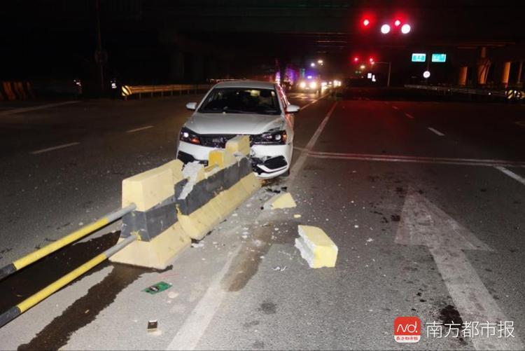 """司机喝7瓶啤酒后醉驾撞护栏:""""我很清醒还能开车"""""""