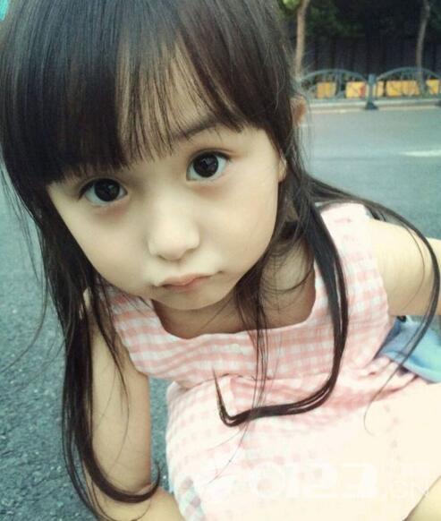 可爱的小女孩儿萌化了.