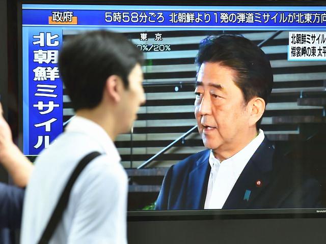 8月29日,东京,巨型显示屏显示着日本首相安倍晋三就朝鲜导弹飞越日本列岛事件对媒体记者发表讲话。(新华/法新)