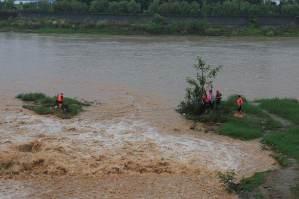 危急!绵阳男子钓鱼时河水突然上涨,消防民警甩了根绳子救下他