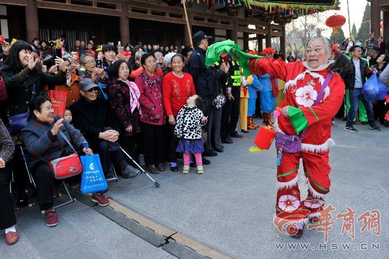 雁塔区锣鼓秧歌闹新春 上海老人:终于见到了