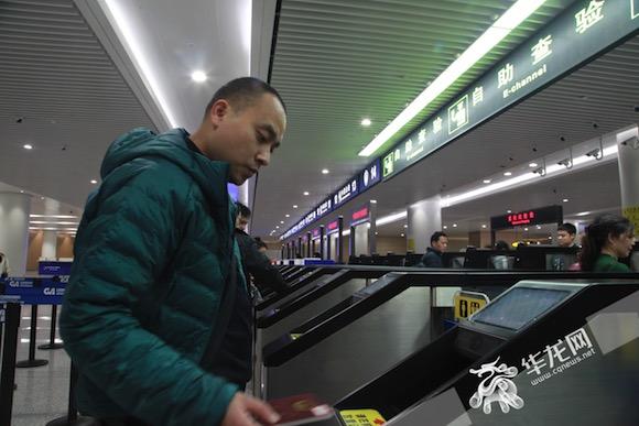 """重庆机场通关迎来""""刷脸""""时代 边检自助查验通道启用通关效率提升"""