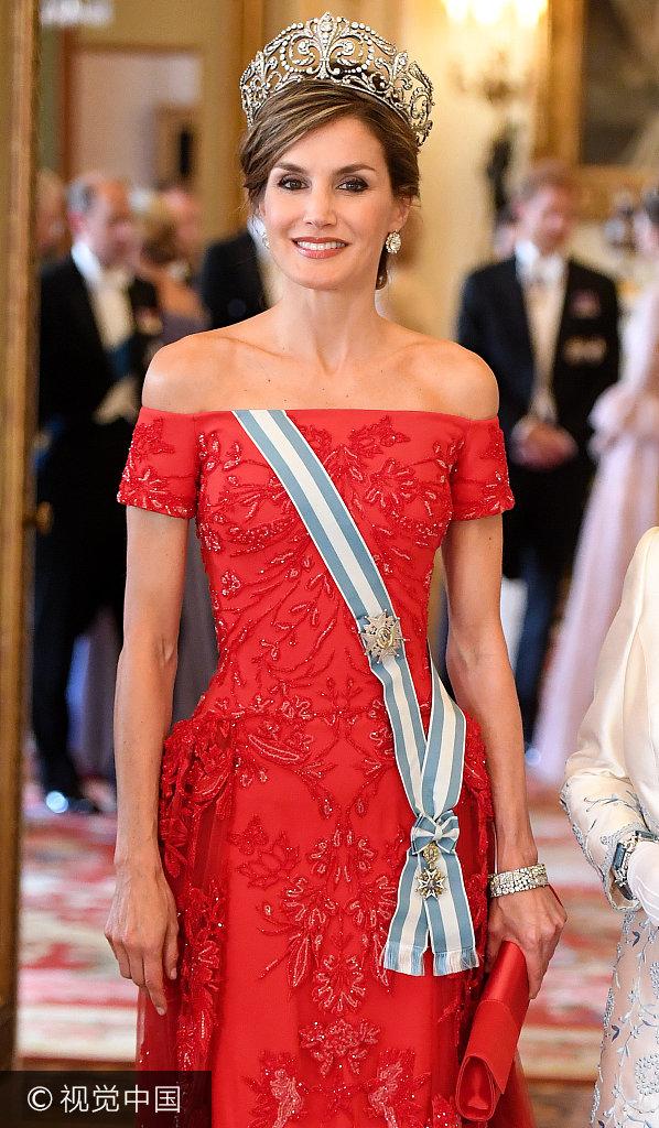 西班牙王后戴王冠秀香肩现身白金汉宫 与英国