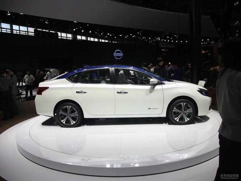 新车外观采用v-motion设计,相比普通版轩逸格栅更大,其保险杠,雾灯