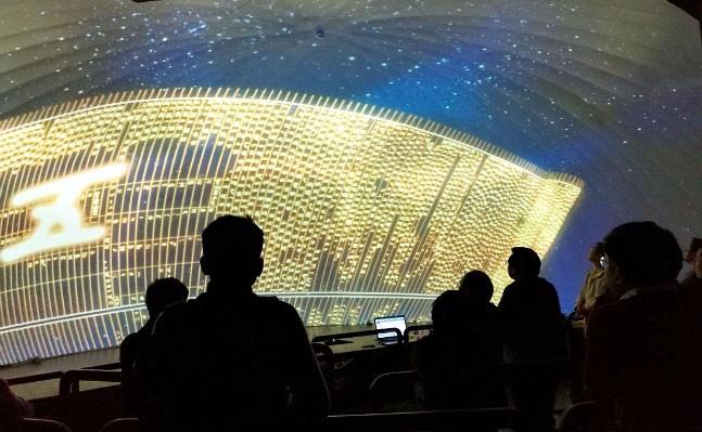 高度沉浸的球幕投影由12台激光荧光体投影机驱动。