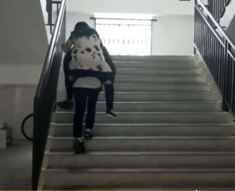 成都一镰刀女大学崴伤脚仍上课坚持视频自发战学生逆老师图片