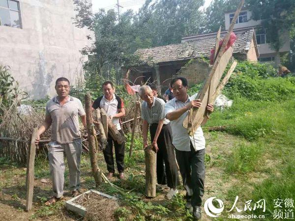 村干部家贫如洗累倒在扶贫一线 近千村民含泪送别