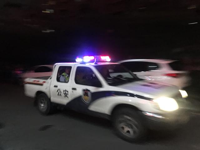 可怕!一出租车司机疑似酒驾先撞奔驰后撞社区巴士