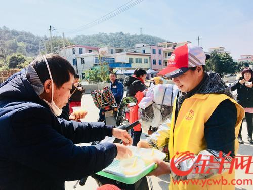 自愿者为返乡外来工奉上热乎乎的姜糖水