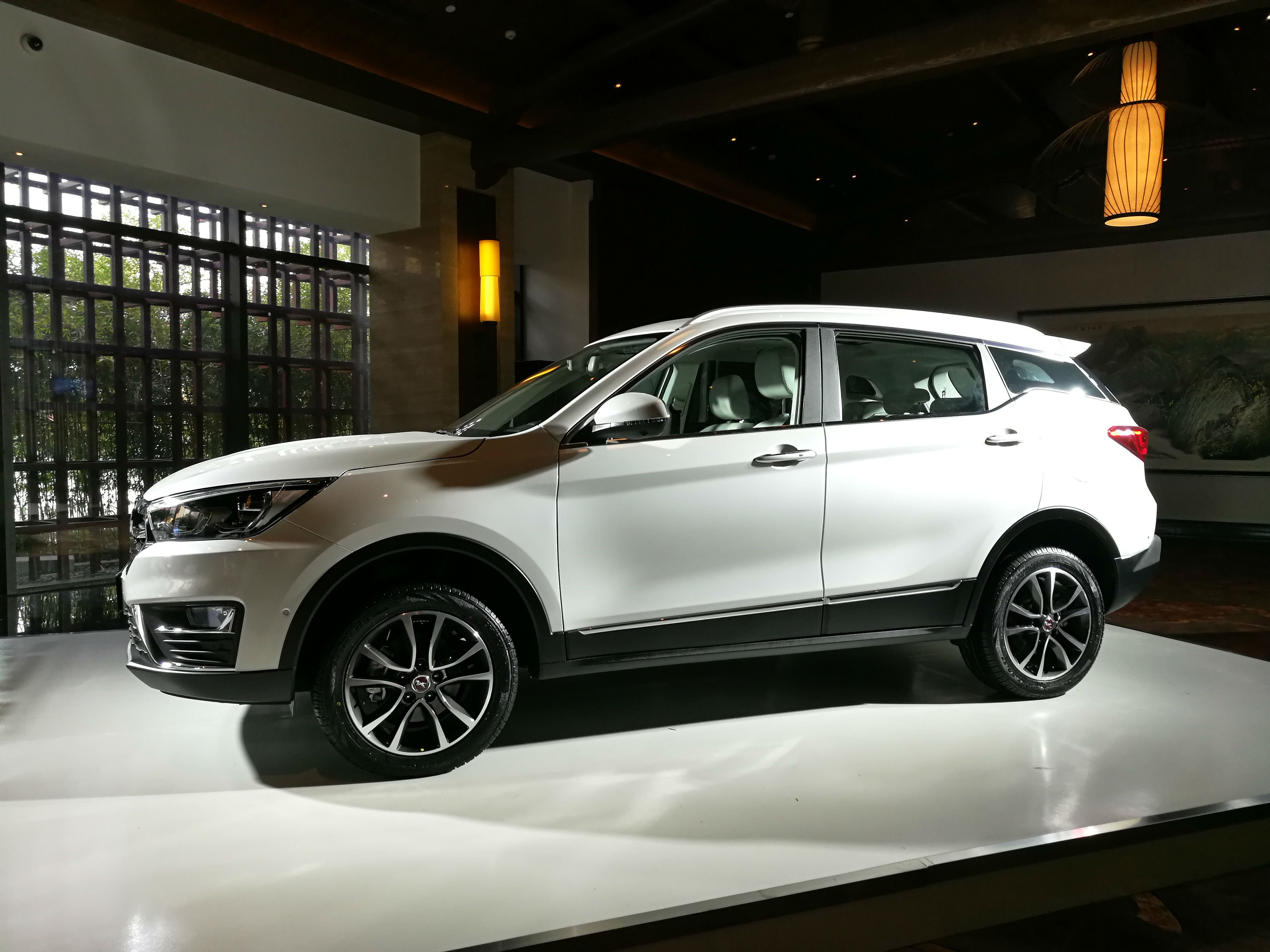 汉腾汽车第二款全新suv车型——汉腾x5在古都西安上市.倪敏/摄