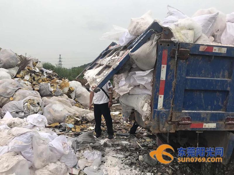东莞:偷倒建筑垃圾被城管抓现行 扣车开罚没商量