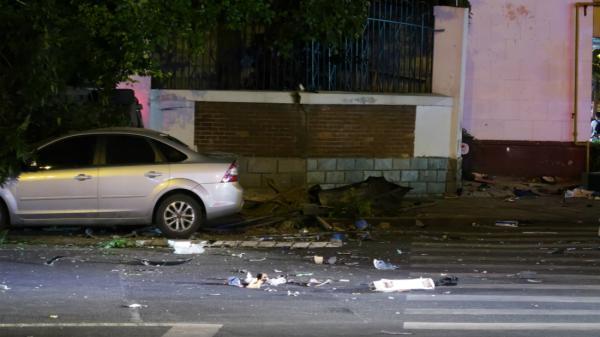 杭州奔驰失控撞人致3人死 碗口粗行道树被连根撞起