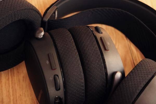 赛睿 arctis pro系列麦克风开关控制键设置在耳机本体左侧后部,当弹