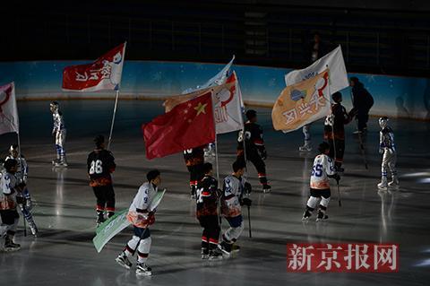 各区县代表队的旗帜在冰场上飘扬.新京报记者 吴江 摄