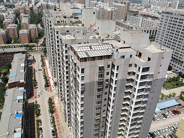 陕西业主楼顶盖豪华阳光房遭投诉 执法部门踢皮球