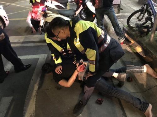 警方抓获斗殴者。台湾《联合报》记者王长鼎翻摄
