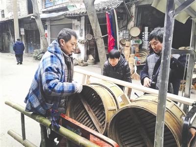 """遂宁六旬老人网店卖传统竹编:""""现在生意最好"""""""