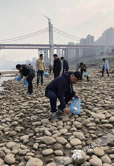 清理河边垃圾 宣讲出境旅游小常识 雷锋精神在警营闪亮