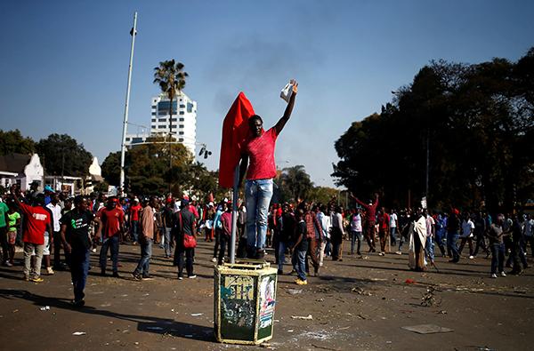 津巴布韦反对党支持者抗议选举不公 装甲车进首都