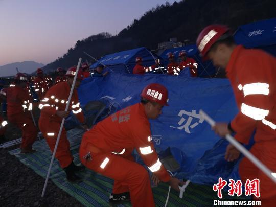 矿山救护队员正在灾区搭建帐篷。 刘忠俊 摄