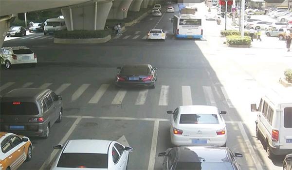 交通违法照片上红灯被质疑是P上去的 当地警方回应