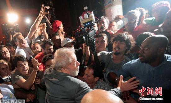 巴西司法机关在2014年启动的大规模反腐调查中认定,包括卢拉在内的多名政坛重要人物与国企巴西石油公司贪腐案有关。卢拉在7日说,他将根据联邦法官的要求,自行前往库里蒂巴联邦警察局报到并入狱服刑。图为卢拉离开巴西钢铁工人工会总部,前往联邦警察局。