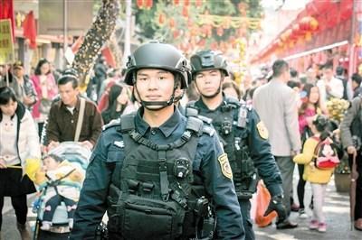 """""""羊城突击队""""守护春节:帅气特警巡逻市民拍照留影"""