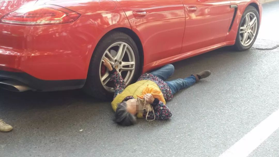 老人赖着保时捷要价5000,车主掏出钱却被群众阻止
