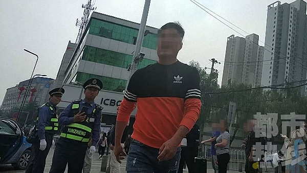 出租司机飞踹暗访记者 被西安长安区终生禁止从业