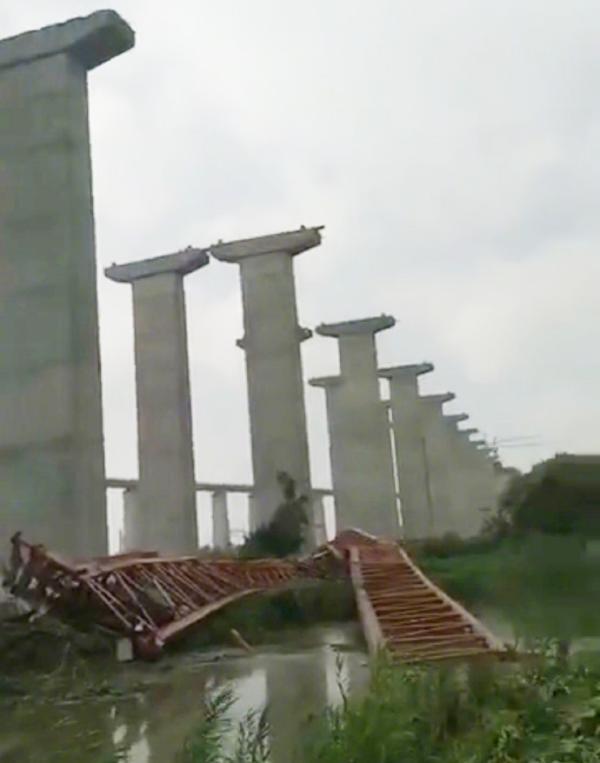 沪通大桥锡通高速连接线驾桥机坠落 致1名工人身亡