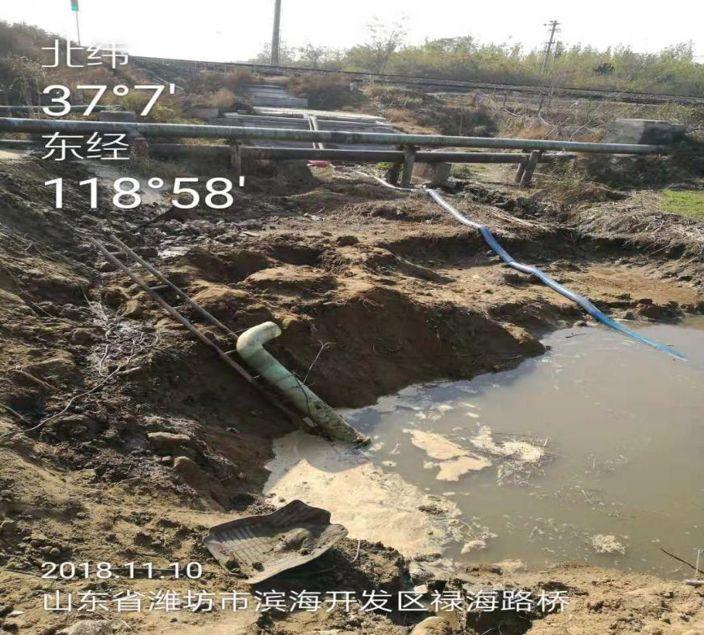 禄海路桥西河段污水溢流,紧急利用水泵抽取。图片来自生态环境部官方微信公众号