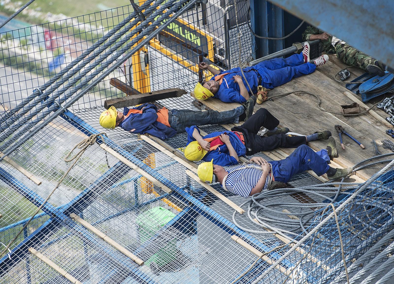 """228米高空,施工人员长江上架""""天梯""""作业"""