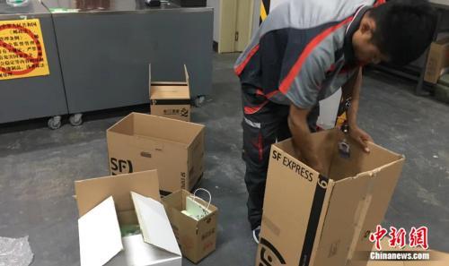 小陆在装箱。受访者供图