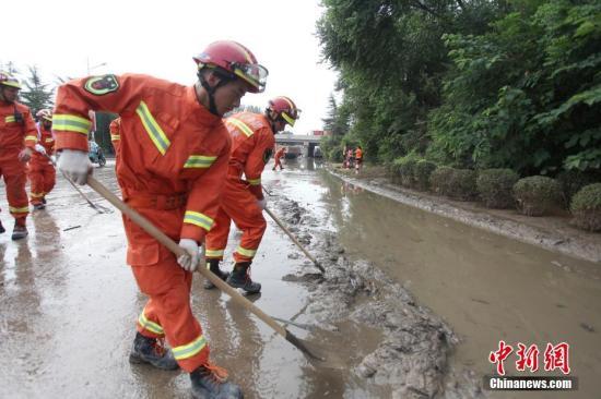 8月29日,驰援山东寿光灾区的57名扬州消防官兵正在清理洪水退去后留下的淤泥和垃圾,帮助当地居民尽快恢复生活生产秩序。目前,救灾重点是农田排水除涝及道路清淤。孟德龙 摄