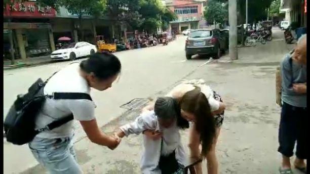 资阳一太婆公路边摔倒,扶不扶?两女孩毅然上前搀扶
