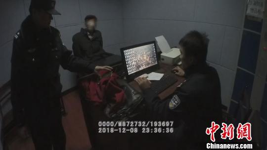 图为,罗某在武汉铁路公安处黄石车站派出所接受调查 胡金力 摄