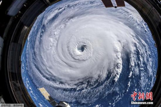 """当地时间9月12日,美国国家海洋和大气管理局(NOAA)提供的卫星图像显示,飓风""""佛罗伦斯""""当日穿过大西洋向美国东海岸挺进,预计将于本周四晚些时候在弗吉尼亚州、北卡罗来纳州和南卡罗来纳州的海岸线附近登陆。""""佛罗伦斯""""登陆后料将造成逾1700亿美元的损失,从而成为美国史上损害最严重的飓风。美国多州已宣布进入紧急状态,上百万人提前撤离。"""